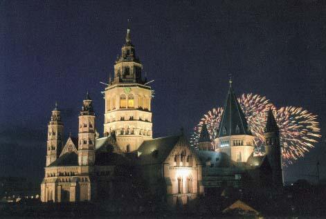 Der Mainzer Dom mit Feuerwerk