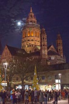 Adventsmond über dem Mainzer Dom
