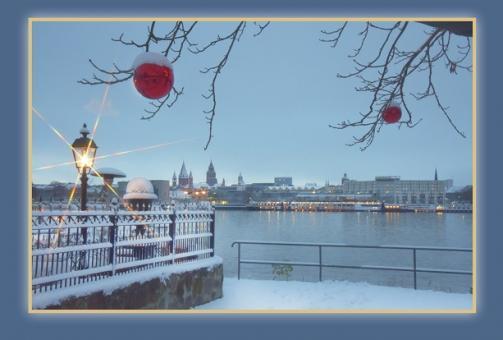 Blick zur blauen Stunde über den Rhein auf Mainz