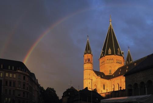 Regenbogen über dem Mainzer Dom