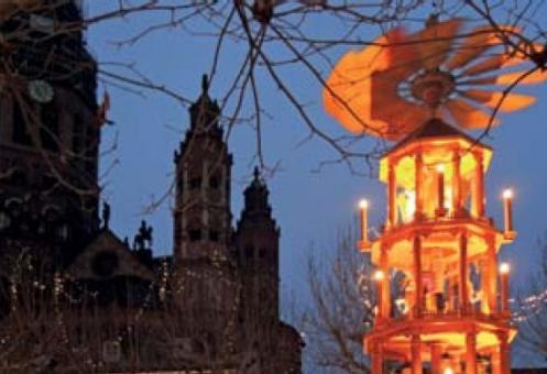 Lichterpyramide des Weihnachtsmarktes