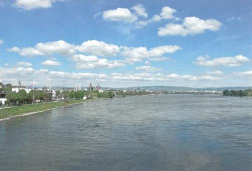Blick von der Eisenbahnbrücke über den Rhein auf Mainz und den Taunus